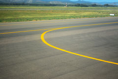 Yellow line on an airport taxiway Royalty Free Stock Photography