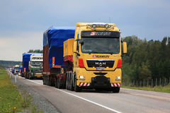 Yellow MAN V8 Semi Leads Wide Load Convoy Stock Photography