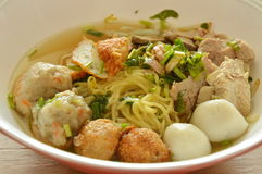 Yellow noodles topping fish ball and slice boiled pork in soup Royalty Free Stock Photography