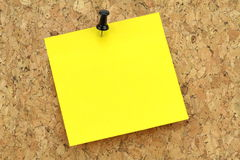 Yellow note paper on cork board Royalty Free Stock Photography