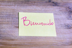 Yellow note with welcome message in spanish -bienvenido Royalty Free Stock Image