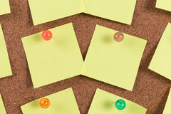 Yellow reminder sticky note on cork board Royalty Free Stock Photos
