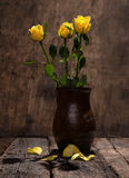 Yellow roses in vase Royalty Free Stock Photography