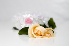 Yellow roses and weddings rings Royalty Free Stock Photography