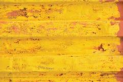 Yellow- Seacontainerhintergrund, rostiges gewölbtes Muster, rote Zündkapselbeschichtung, horizontale verrostete ausführliche Stah lizenzfreie stockfotos