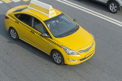 Yellow taxi moves on the city Royalty Free Stock Photography