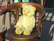 yellow-teddy-bear-on-chair Royalty Free Stock Photography