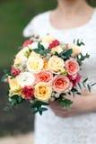 从yellowe和桃红色玫瑰的新娘花束 免版税库存图片