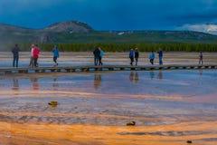 YELLOWSTONE, ΜΟΝΤΑΝΑ, ΗΠΑ ΣΤΙΣ 24 ΜΑΐΟΥ 2018: Οι τουρίστες περπατούν γύρω από τη μεγάλη Prismatic άνοιξη στο εθνικό πάρκο Yellows Στοκ εικόνες με δικαίωμα ελεύθερης χρήσης