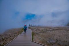 YELLOWSTONE, ΜΟΝΤΑΝΑ, ΗΠΑ ΣΤΙΣ 24 ΜΑΐΟΥ 2018: Οι τουρίστες περπατούν γύρω από τη μεγάλη Prismatic άνοιξη στο εθνικό πάρκο Yellows Στοκ Εικόνες