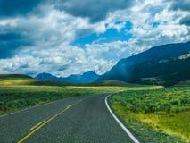Yellowstone bergväg Arkivfoto