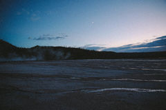 Yellowstone gejzeru Midway basen przy zmierzchem Obraz Royalty Free