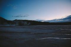 Yellowstone halvvägs Geyserhandfat på skymning royaltyfri bild