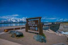 YELLOWSTONE, MONTANA, ETATS-UNIS LE 24 MAI 2018 : Connexion instructif Jackson Lake Dam construit en 1911 dans le parc national g Photos stock