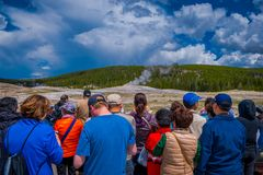 YELLOWSTONE, MONTANA, ETATS-UNIS LE 24 MAI 2018 : Touristes observant la vieille éruption fidèle en parc national de Yellowstone Photo libre de droits