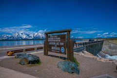 YELLOWSTONE, MONTANA, EUA 24 DE MAIO DE 2018: Informativo assine dentro Jackson Lake Dam construído em 1911 no parque nacional gr Fotos de Stock
