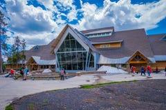 YELLOWSTONE, MONTANA, EUA 24 DE MAIO DE 2018: O centro fiel velho do visitante em Wyoming, Yellowstone era o primeiro parque naci Imagem de Stock Royalty Free
