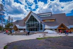 YELLOWSTONE, MONTANA, USA AM 24. MAI 2018: Alte zuverlässige Besucher-Mitte in Wyoming, Yellowstone war der erste Nationalpark Lizenzfreie Stockfotografie
