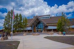 YELLOWSTONE, MONTANA, USA AM 24. MAI 2018: Alte zuverlässige Besucher-Mitte in Wyoming, Yellowstone war der erste Nationalpark Lizenzfreie Stockbilder
