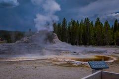 YELLOWSTONE, MONTANA, USA AM 24. MAI 2018: Informatives Zeichen von Schloss Geysir, Yellowstone Nationalpark Der Kegel in Stockfotos