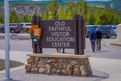 YELLOWSTONE, MONTANA, USA AM 24. MAI 2018: Schließen Sie oben vom informativen Zeichen des alten zuverlässigen Ausbildungszentrum Stockfotos