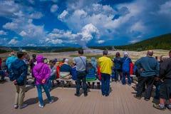 YELLOWSTONE, MONTANA, USA AM 24. MAI 2018: Touristen, die das alte zuverlässige Ausbrechen in Yellowstone Nationalpark aufpassen lizenzfreies stockfoto