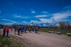 YELLOWSTONE, MONTANA, usa MAY 24, 2018: Niezidentyfikowani ludzie najwięcej one fotografowie bierze obrazki i cieszyć się Obraz Royalty Free
