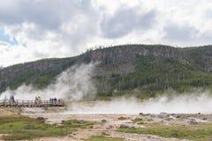 YELLOWSTONE NATIONALPARK, WYOMING, USA - 19. JUNI 2018: Touristen an Yellowstone Nationalpark lizenzfreies stockbild