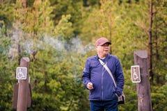 YELLOWSTONE NATIONALPARK, WYOMING, USA - 18. JUNI 2018: Touristisches Rauchen an Yellowstone Nationalpark lizenzfreies stockfoto