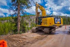 YELLOWSTONE NATIONALPARK, WYOMING, USA - JUNI 07, 2018: Utomhus- sikt av lastbilen som tar bort jord i en väg i konstruktion royaltyfria bilder