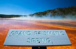 YELLOWSTONE NP, WYOMING, USA - JULI 2, 2011: Den storslagna prismatiska våren i den Yellowstone nationalparken arkivbild