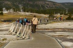 YELLOWSTONE park narodowy, WYOMING, usa - SIERPIEŃ 23, 2017: Turyści chodzi wzdłuż drewnianej ścieżki w Górnym gejzerze Obrazy Stock