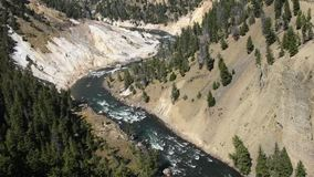 Yellowstone River an den Kalzit-Frühlingen stock video footage