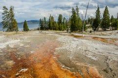 Yellowstone sjö från den västra tummeGeyserhandfatet Arkivfoton