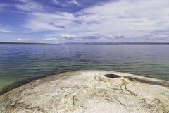 Yellowstone sjö och Geyser Arkivbild
