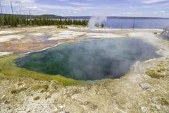 Yellowstone sjö och prismatisk pöl Fotografering för Bildbyråer