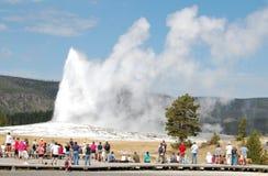 Yellowstone - vecchia eruzione fedele, folla Fotografie Stock
