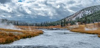Yellowstonelandschap met rond geisers allen stock fotografie