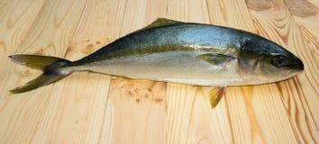Yellowtail ψάρια στους ξύλινους πίνακες Στοκ Φωτογραφία