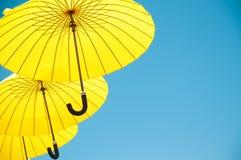 Yelow-Regenschirme Stockfotos