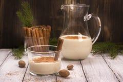 Yema caliente de la bebida de leche del invierno fotos de archivo