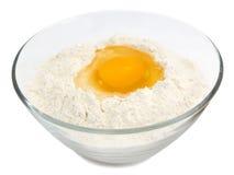 Yema de huevo amarilla en la harina foto de archivo