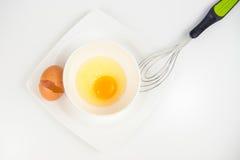 Yema de huevo en el cuenco blanco Fotografía de archivo