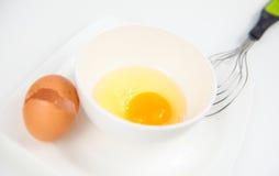 Yema de huevo en el cuenco blanco Imagenes de archivo