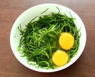 Yema de huevo en verdura en el cuenco fotos de archivo libres de regalías