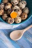 Yema de huevos de codornices en cuchara y gasa de madera del cuenco Foto de archivo