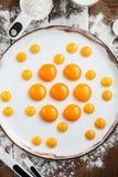 Yemas de huevo crudas en la placa blanca Fotos de archivo libres de regalías