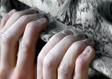 Yemas del dedo que aprietan el asimiento que sube artificial Imagen de archivo