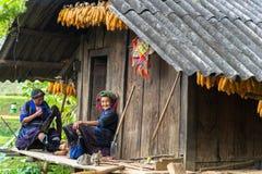 Yen Bai, Вьетнам - 17-ое сентября 2016: Женщины этнического меньшинства Hmong шить одежду на их доме Стоковое Фото