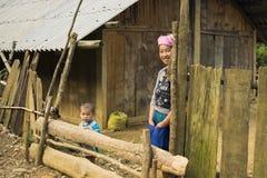 Yen Bai Vietnam - April 12, 2014: Stående av den oidentifierade minoritetkvinnan som hemma står Royaltyfria Bilder